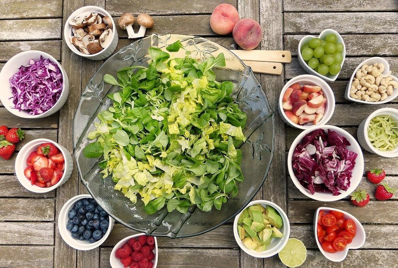 aceto balsamico di modena sull'insalata